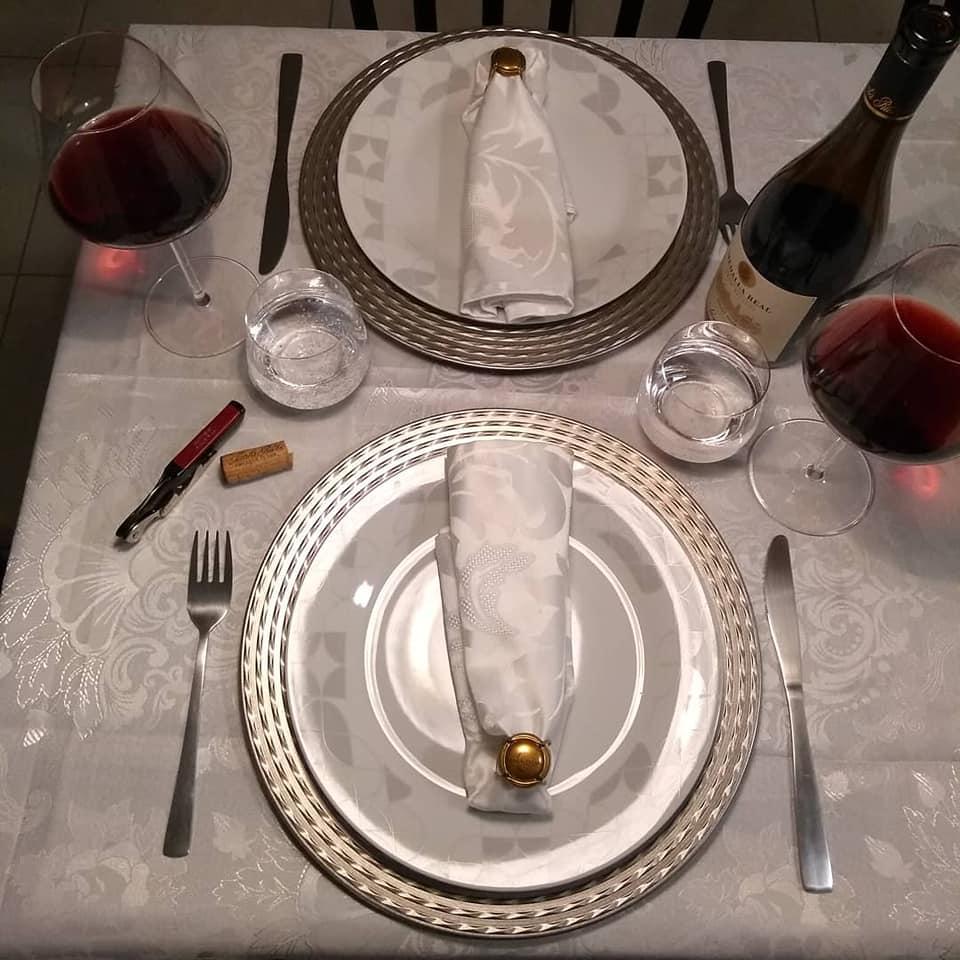 68908820_1292704940910727_592060249616154624_n Bons vinhos e carinho são sempre bem-vindos à mesa.