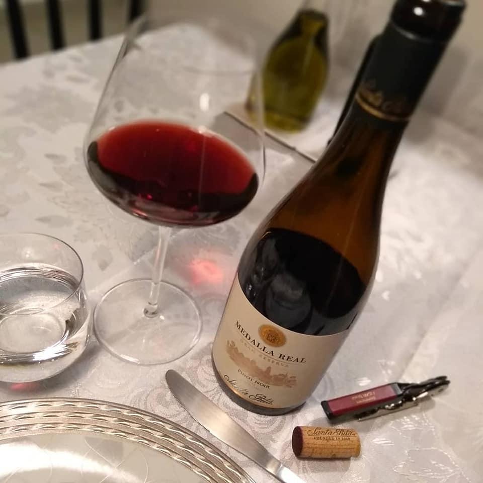Bons vinhos e carinho são sempre bem-vindos à mesa.