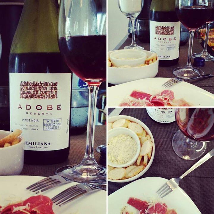 a8515340 Vinho #pinotnoir com #jamonserrano, torradas e ...